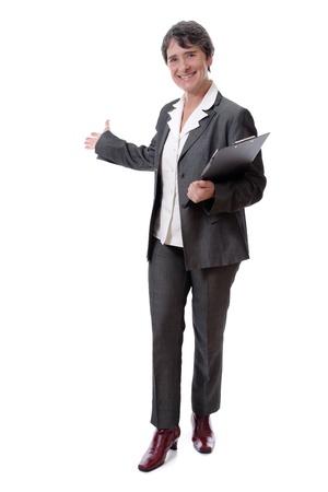 invitando: Empresaria madura sonriente con el Bloc de notas invitar a aisladas sobre fondo blanco Foto de archivo