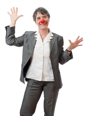 tonto: mujer madura con la nariz roja bromeando sobre fondo blanco