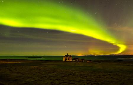 アイスランドのオーロラの上廃屋