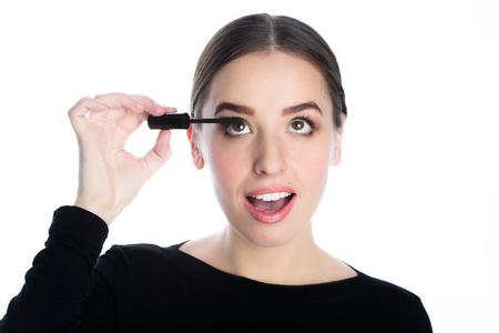 labios sensuales: hermosa mujer joven aplicar r�mel Foto de archivo