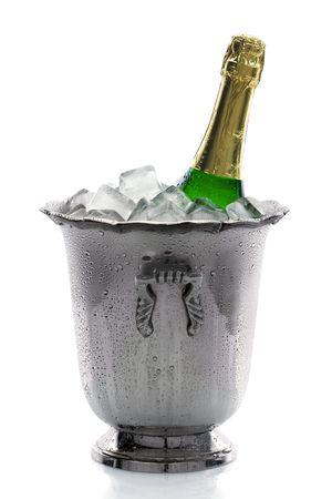 Fría botella de champán en hielo con fondo blanco