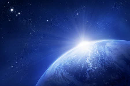 Planeet aarde met stijgende zon in de ruimte   Stockfoto