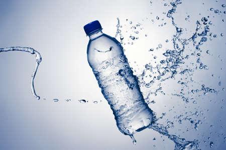 botella de plastico: Agua embotellada con una Splash Foto de archivo
