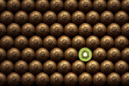 Kiwi rebanada de kiwi, entre muchas entera