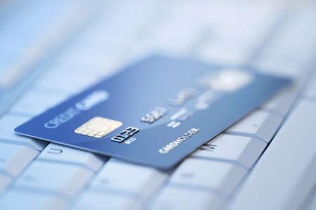 tarjeta de credito: Tarjeta de cr�dito en el teclado de la computadora - 3d rindi� con el DOF bajo