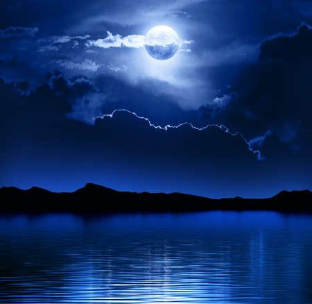 noche y luna: Fantas�a Luna y nubes sobre Elementos de agua de esta imagen proporcionada por la NASA-http visibleearth nasa gov Foto de archivo