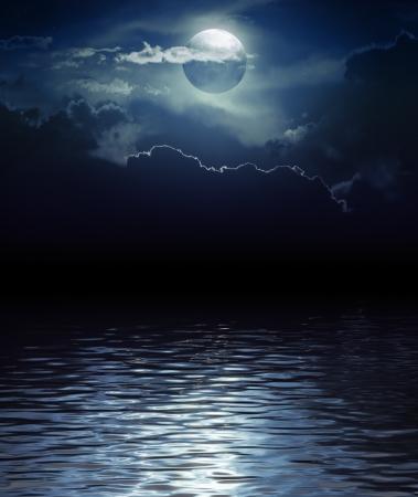 Fantasy Maan en Wolken over water