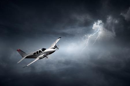 Vliegtuig vliegt in de storm met bliksem (Begrip risico - digitale artwork)