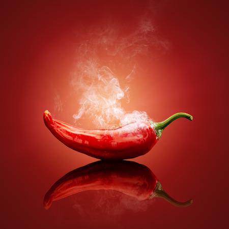 Chile caliente fumar rojo o al vapor con la reflexión Foto de archivo - 39988067