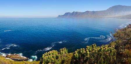 Kogelberg 자연 보호 구역 (Clarence 드라이브에서 바다 위로 케이프 포인트쪽으로 보임) - 서부 케이프 지방 - 남아프리카 공화국의 전망 스톡 콘텐츠
