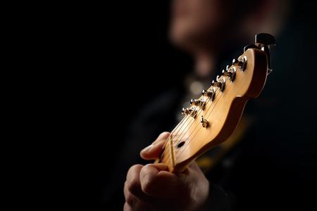 Guitariste sur scène - gros plan avec mise au point sélective sur la tête de la guitare Banque d'images - 48136801