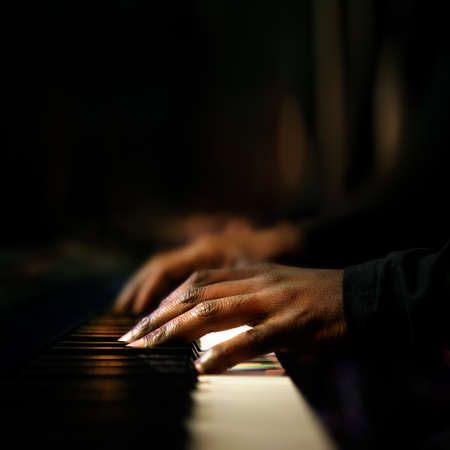 Hands of pianist playing synthesizer close-up Stockfoto