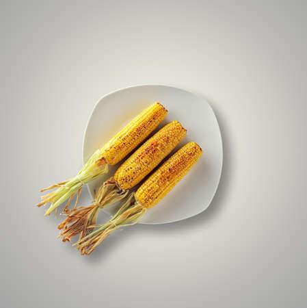 Whole grillé maïs sucré sur une assiette blanche et le tableau ci-dessus à partir Banque d'images - 64895218