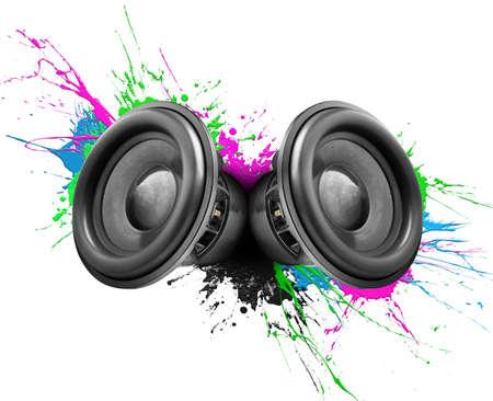 Muzieksprekers met kleurrijke verfspatten op een witte achtergrond Stockfoto