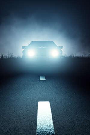 어두운 섬뜩한 안개 낀 밤에 앞에서 본 및 줄무늬 아스팔트 도로에 접근하는 자동차 조명 (3D 렌더링)