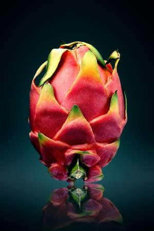 드래곤 과일 (pitaya) 정물 표면에 반사