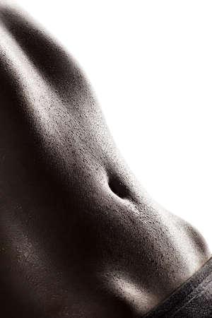 흰색 배경에 대해 피트니스 운동을하는 동안 땀이 운동 젊은 여자의 근접 촬영