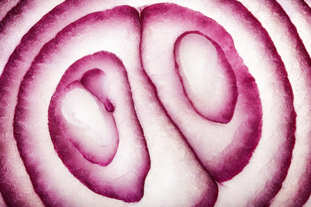Abstract Food Art Pattern of Red Onion Cross-section photographed close-up and full frame Banque d'images - 110200373