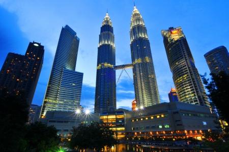 petronas: KUALA LUMPUR-OCT-20-2012 Vista de las Torres Petronas en la noche el 20 de octubre de 2012 en Kuala Lumpur, Malasia Torres Petronas son dos rascacielos gemelos y fueron edificios m�s altos de gemelos en el mundo