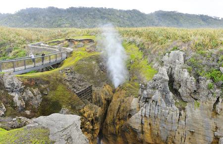 orificio nasal: El espir�culo Chimney Pot en acci�n en las rocas de la crepe, Punakaiki, Costa Oeste, Isla Sur, Nueva Zealan Foto de archivo
