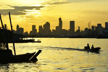 phraya: Puestas de sol en el r�o Chao Phraya, en Bangkok.