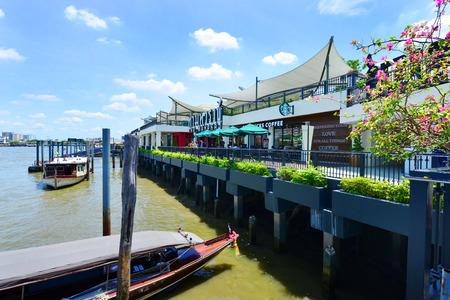 chao praya: Bangkok- August 8: Tha maharaj shopping mall side chao praya river with tourism thailand on August 8, 2015 in Bangkok, Thailand.