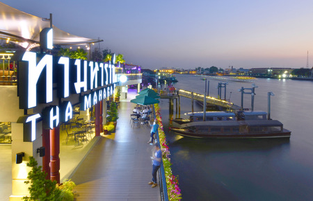 Bangkok- February 8: Tha maharaj shopping mall side jao praya river with tourism thailand on February 8, 2016 in Bangkok, Thailand. Редакционное