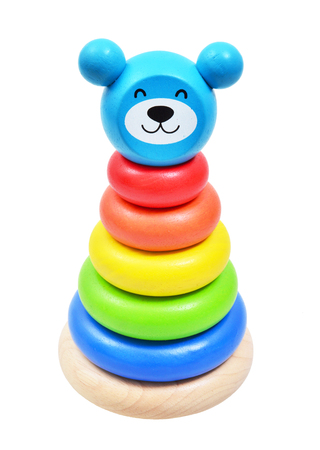 fondo para bebe: Pirámide construir a partir de anillos de colores de madera con una cabeza de payaso en la parte superior. Juguete para los bebés y niños pequeños para aprender con alegría habilidades mecánicas y colores. Foto de estudio sobre fondo blanco.