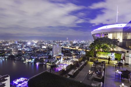 Het punt van de de stadsmening van Bangkok van dakbar, die een prachtig cityscape blauw hemel en stadslicht overziet, Thailand
