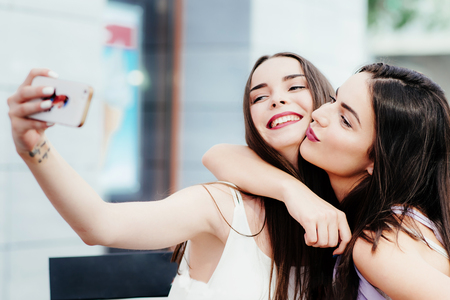 여자 친구는 커피에 휴식을 취하고 셀카를 만듭니다. 스톡 콘텐츠