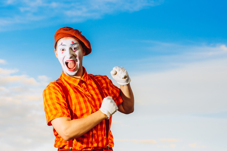 pantomima: El actor muestra pantomima contra el cielo azul Foto de archivo