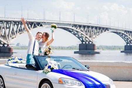 Schöne Braut und Bräutigam posieren für die Kamera