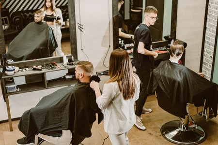 hairdressers hairstyle their clients in the salon Banque d'images - 123972319