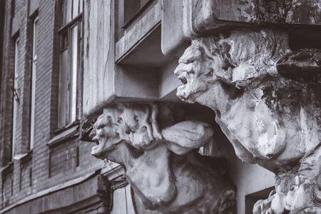 Büste einer schrecklichen Frau an der Fassade eines alten Hauses