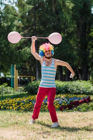 Mime performs in the park with balloons. Clown shows pantomime on the street. 写真素材 - 132544044