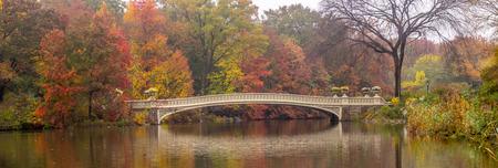 Herfst bij de Bow bridge in Central Park, New York City Stockfoto