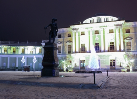palacio ruso: Palacio Pavlovsky y monumento a Pavel Primero en la noche en enero de 2014, Pavlovsk, Rusia