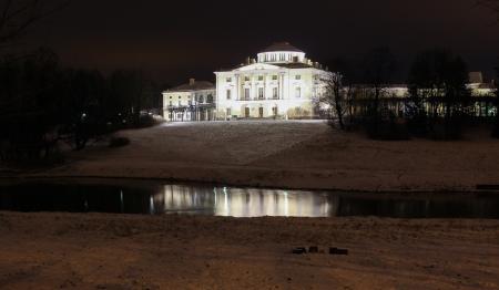 palacio ruso: Palacio Pavlovsky en la noche de invierno en enero de 2014, Pavlovsk, Rusia Editorial