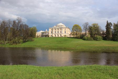 palacio ruso: Ver con el Palacio Pavlovsk y River Slavyanka en mayo de 2014 Editorial