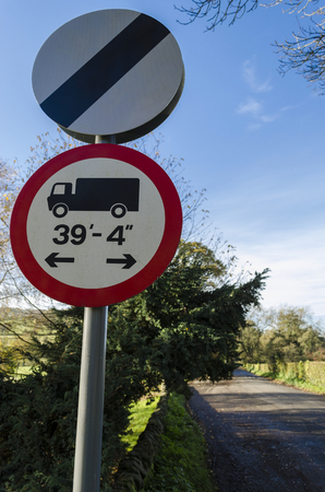 unrestricted: Roadsign marking the start of a speed unrestricted zone along with a sign warning of a maximum length for goods vehicles