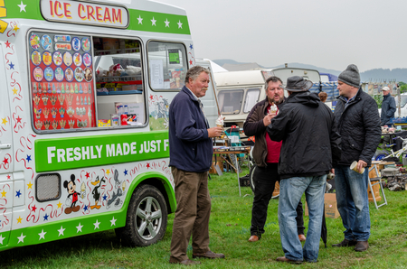 Bala Lake, UK: May 27, 2018: Despite the poor weather, The Festival of Transport saw a good turn out of classic cars, tractors, bikes, Landrovers, commercial vehicles, side stalls & traders. Imagens - 120450673