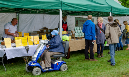 Bala Lake, UK: May 27, 2018: Despite the poor weather, The Festival of Transport saw a good turn out of classic cars, tractors, bikes, Landrovers, commercial vehicles, side stalls & traders. Imagens - 120450707