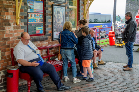 Bala Lake, UK: May 27, 2018: Despite the poor weather, The Festival of Transport saw a good turn out of classic cars, tractors, bikes, Landrovers, commercial vehicles, side stalls & traders. Imagens - 120450713
