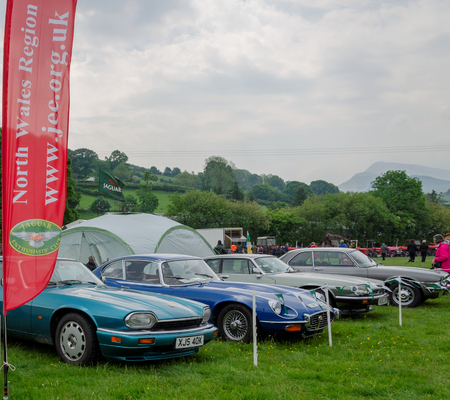 Bala Lake, UK: May 27, 2018: Despite the poor weather, The Festival of Transport saw a good turn out of classic cars, tractors, bikes, Landrovers, commercial vehicles, side stalls & traders. Imagens - 120450725