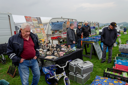 Bala Lake, UK: May 27, 2018: Despite the poor weather, The Festival of Transport saw a good turn out of classic cars, tractors, bikes, Landrovers, commercial vehicles, side stalls & traders. Imagens - 120450731