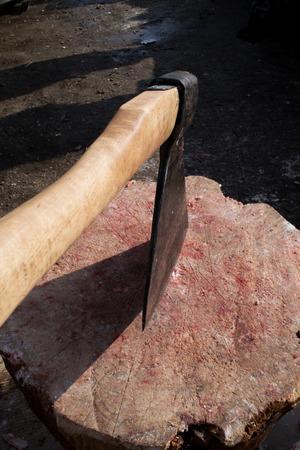 斧をチョッピング肉屋木製チョップのブロックで立ち往生