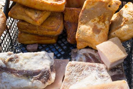 grasas saturadas: Salado y ligeramente especiado grasa de cerdo conocido como Salva a la venta en un mercado Foto de archivo