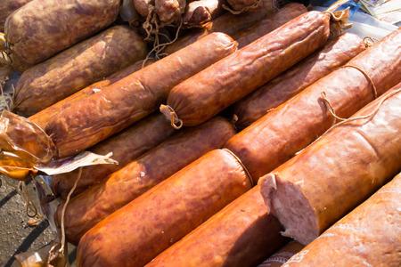 grasas saturadas: Secado salchichas ahumadas para la venta en un mercado local