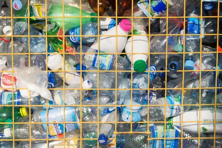 pet bottles: Colecci�n de botellas de pl�stico PET listos para el reciclaje Foto de archivo