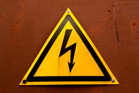 descarga electrica: Descarga el�ctrica S�mbolo de color amarillo brillante sobre un fondo naranja Foto de archivo